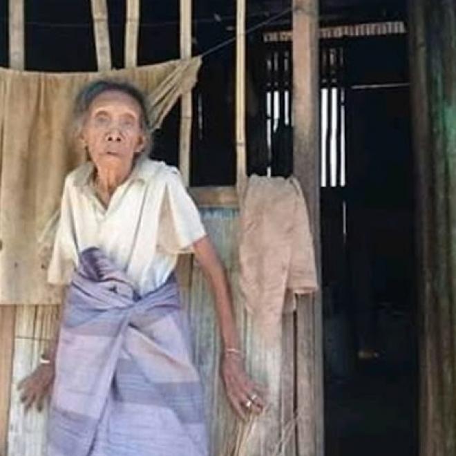 Hidup Sendiri di Gubuk Reot, Nenek 78 Tahun ini Kerap Menahan Lapar Dan Rumahnya Gelap Sebab Tidak Terdapat Listrik