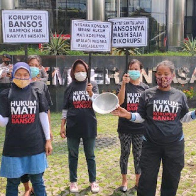Sambil Bawa Panci, Emak-emak Minta Juliari Batubara Dihukum Mati, Geruduk Gedung KPK