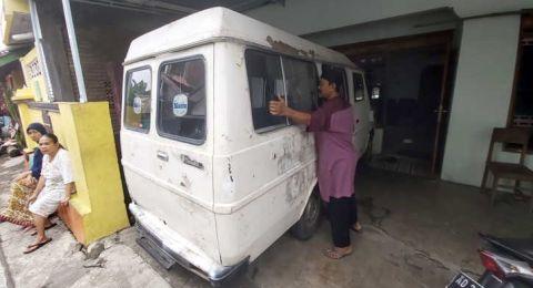 Bikin Kaget! Seorang Tuna Rungu Ini Membeli Mobil Jenazah untuk Pribadi