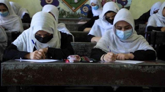Sejumlah siswi belajar di kelas di Herat, Selasa (17/8/2021), setelah Taliban mengambilalih kekuasaan di Afghanistan. Taliban berjanji akan menghormati hak-hak perempuan, termasuk hak Pendidikan, pekerjaan, dan ketidakharusan menggunakan burqa. (AFP)